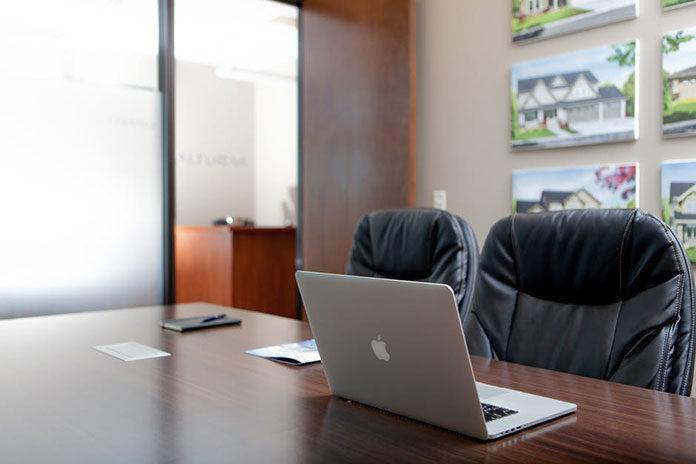 Wysłużone meble biurowe